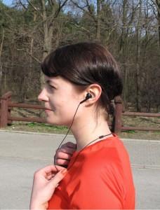 pojedyncza słuchawka całkiem nieźle siedzi w uchu