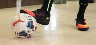 Piłka nożna na hali – kilka wskazówek na temat obuwia
