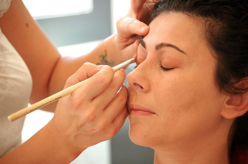 Jak wykonać makijaż na tłustej cerze?