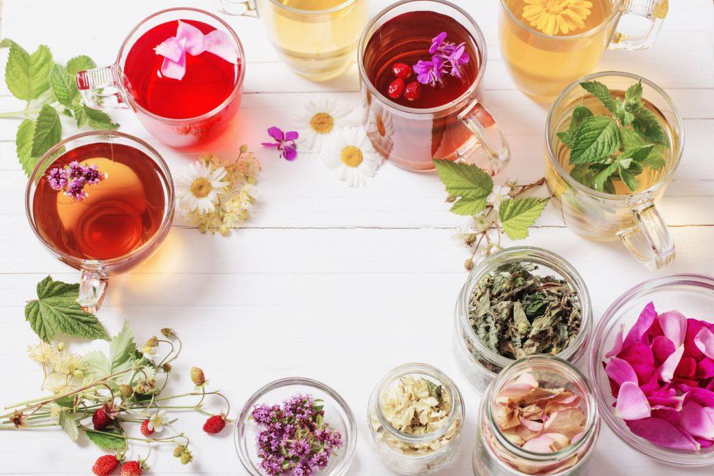 Jakie płatki kwiatów urozmaicą herbaciany susz?